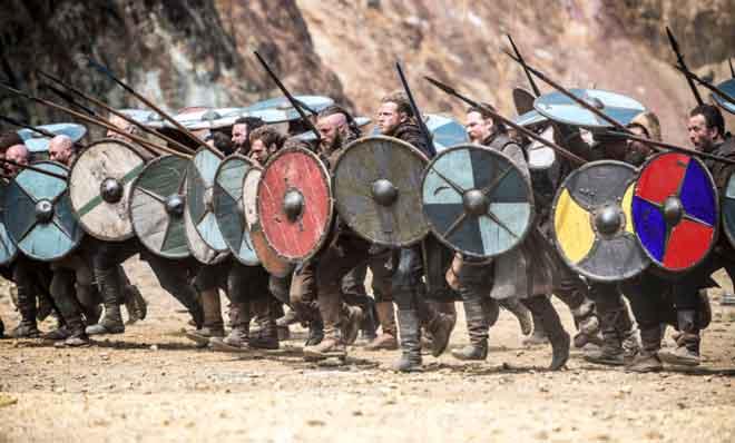 foto tratta da vikings la serie tv netflix che mostra alcuni scudi vichinghi simili a quello di questo set