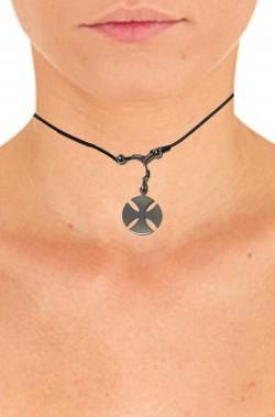 Collana girocollo in caucciu' con ciondolo croce celtica