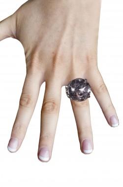Anello a forma di cuore bianco con grande pietra