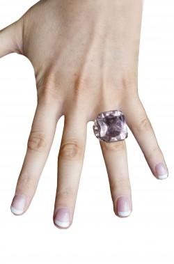 Anello a forma quadrata con grande pietra