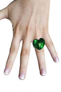 Anello a forma quadrata con grande pietra a cuore verde