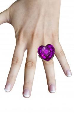 Anello a forma di cuore con grande pietra viola