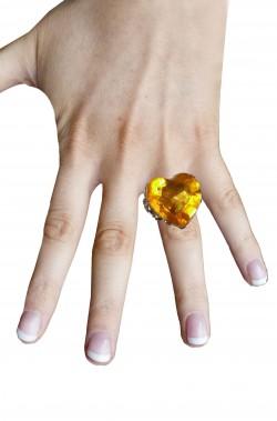 Anello a forma di cuore giallo con grande pietra