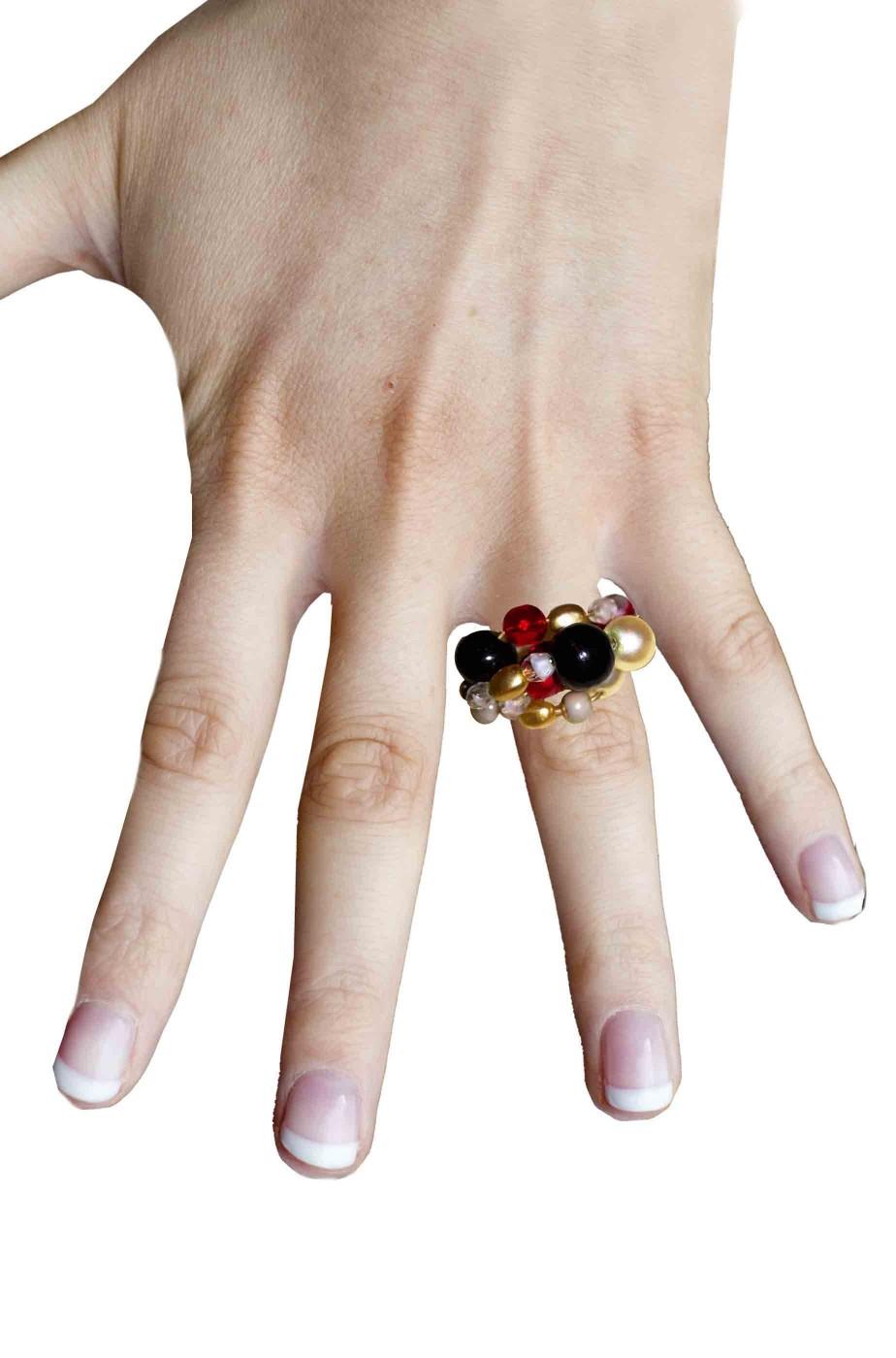 Anello con montatura sottile con perle colorate finte