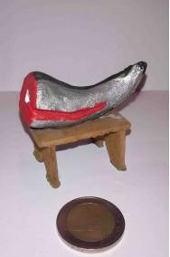 Accessori presepe: tavolo del pescivendolo con pesce tranciato