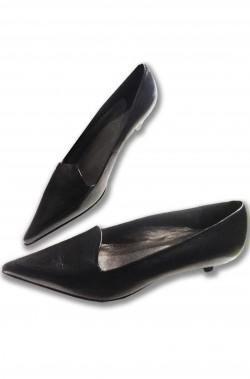 Scarpe da donna nere a punta basse con tacco corto