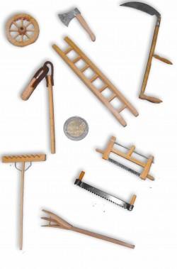 Set di attrezzi da lavoro dei contadini in legno per presepe o diorami