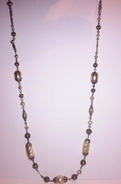 Collana a filo metallico con perle finte ovoidali stile rinascimentale