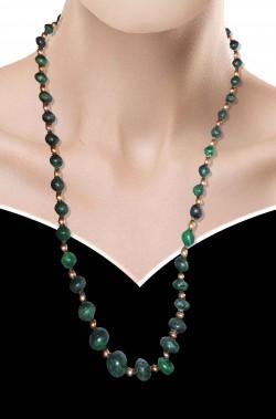 Collana di pietre finte verdi con perle color oro