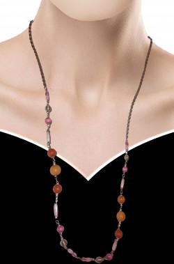 Collana di perle finte rotonde ed ovali rosa rosse ed arancio