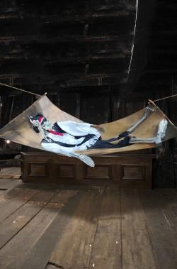 Decorazione Halloween esterno interno pirata morto sull'amaca 2,4mt