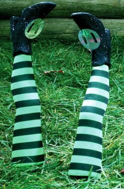 Addobbo decorazione Halloween da giardino gambe strega o befana verdi e nere