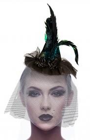 Cappellino strega con piume e veletta