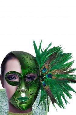 Maschera di carnevale verde con piume di pavone