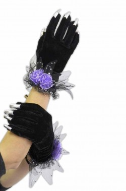 Guanti neri con rose e unghie argento per catwoman (togliendo la rosa)