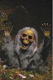 Addobbo Halloween da giardino:scheletro che esce dal terreno verde