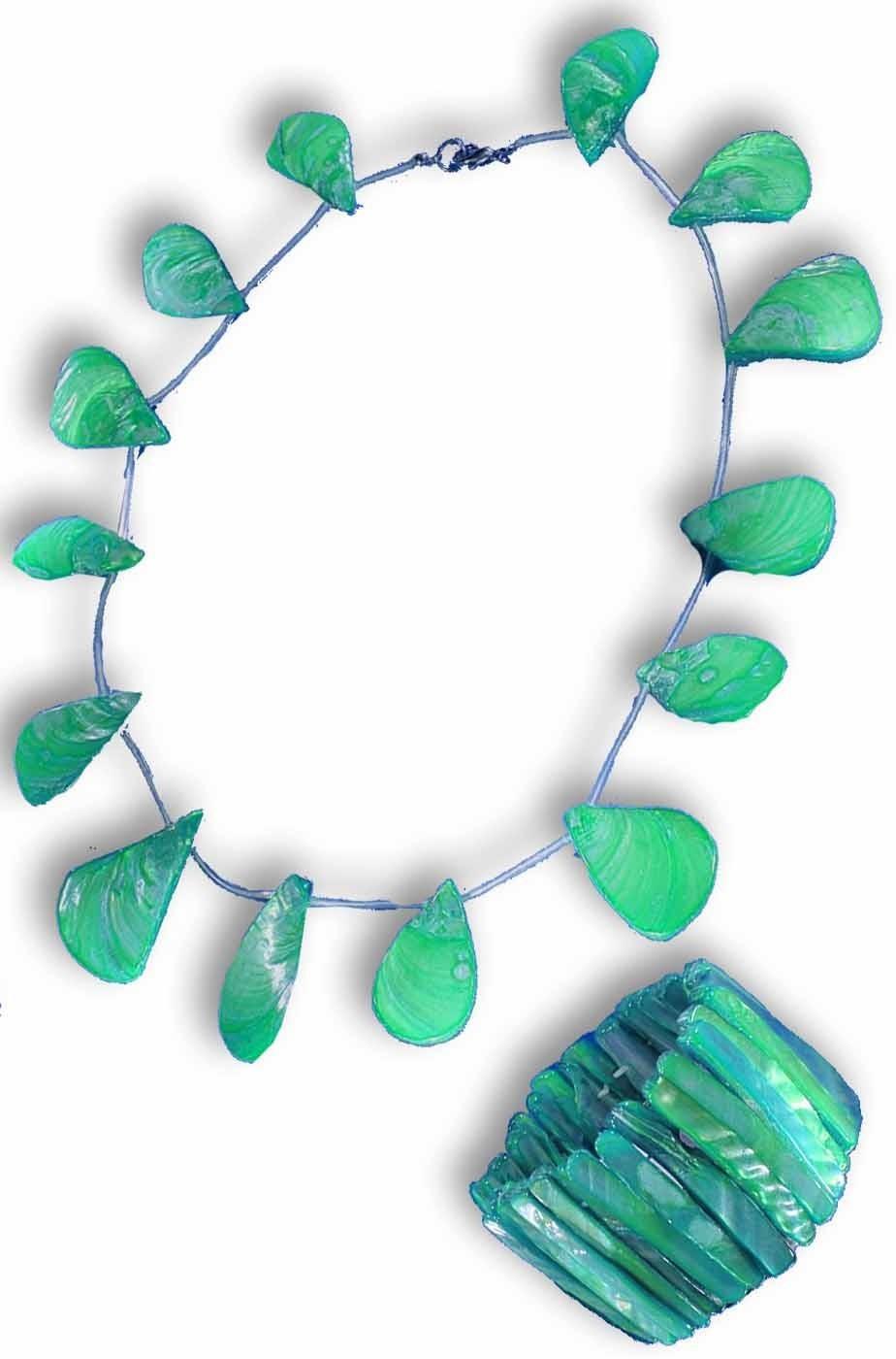 Collana di conchiglie finte e bracciale in plastica
