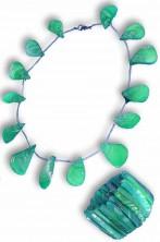 Collana di conchiglie finte e bracciale in plastica verde