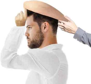 la foto mostra come indossare una parrucca per calvi