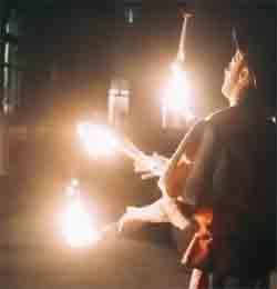 la foto rappresenta un artista giocoliere alla Nuit Royale ballo in maschera della Reggia di Venaria